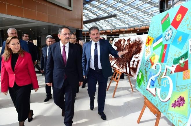 Bakan Özhaseki, Sanat Merkezi ve Sanat Sokağını Gezdi