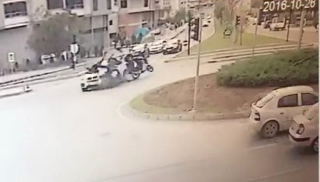 İki Motosiklet Aynı Anda Otomobile Çarptı: 2 Yaralı