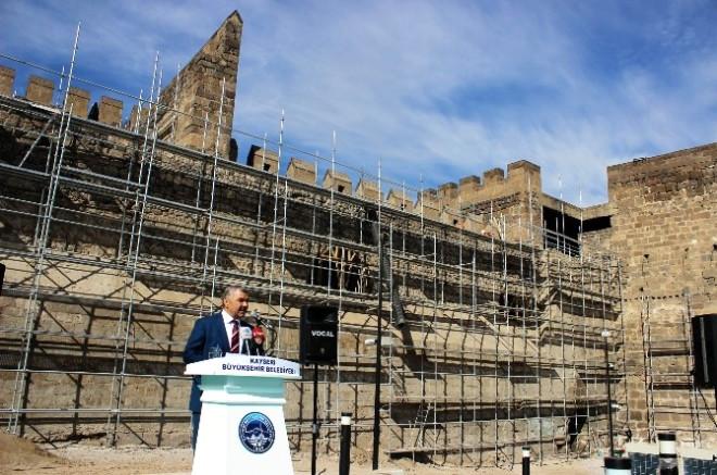 Başkan Çelik'ten Tarihi Kayseri Kalesi'nde Brifing