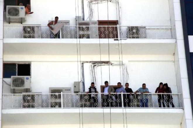Belediye İşçisi, Yerinin Değişmesini Protesto İçin Çatıya Çıktı
