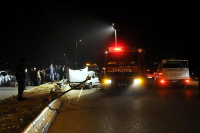 Gaziantep'te, Otomobil Önce Direğe, Sonra Tır'a Çarptı: 1 Ölü, 2 Yaralı