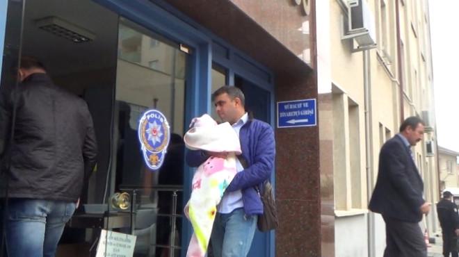 Gözaltına Alınan Öğretim Görevlisinin Eşi Emzirmesi İçin Bebeğini Emniyete Getirdi