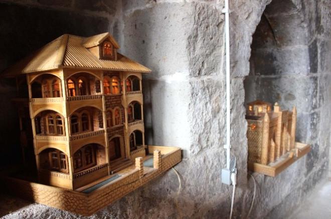 İşçi Emeklisi Bitlis Tarihini Ahşaba İşliyor