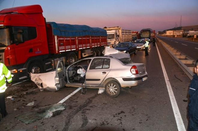 Sivas'ta Otomobil Kamyona Arkadan Çarptı: 1 Ölü, 3 Yaralı