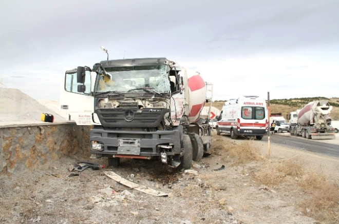 Yozgat'ta Kayan Tır, Beton Mikseri ve Otomobile Çarptı