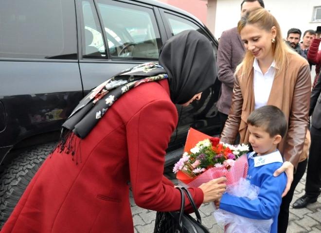 Başbakan Yıldırım'ın Kızı ve Kardeşinden Öğrencilere Eğitim Seti