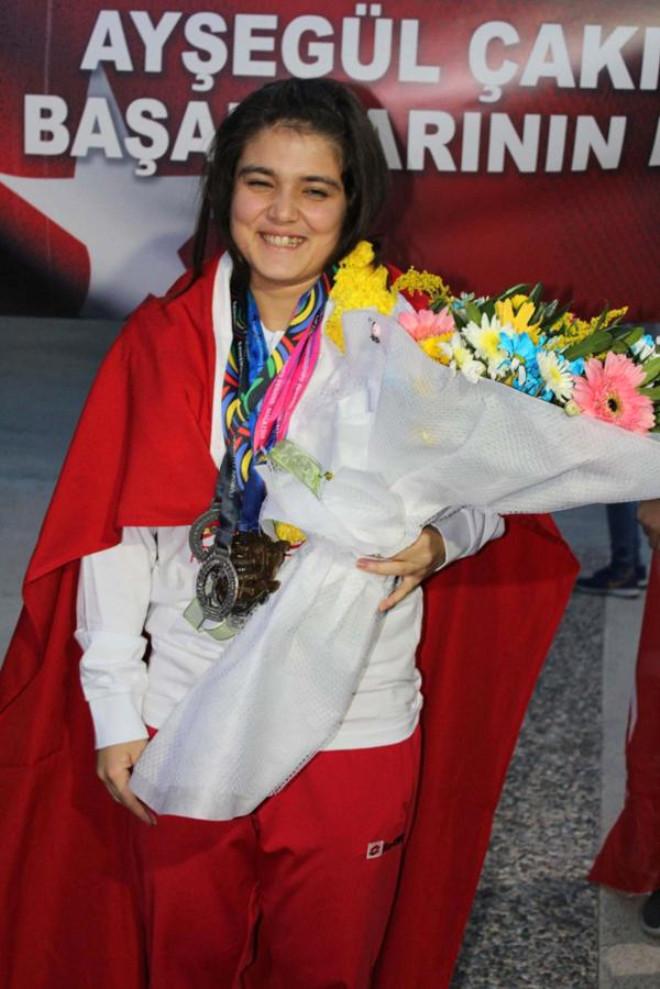 Dünya Şampiyonu Kız Halterci Coşkuyla Karşılandı