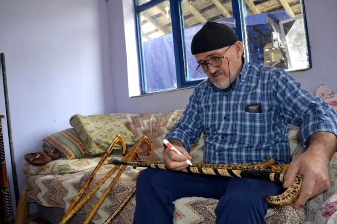 Yaşlılar ve İhtiyaç Sahipleri İçin Baston Yapıyor