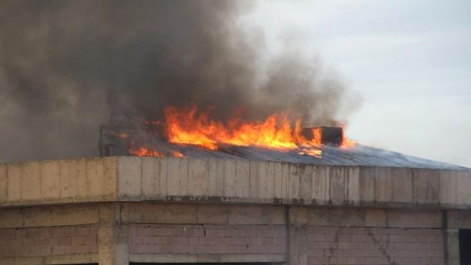 Yozgat'ta İnşaatı Süren Binanın Çatısı Yandı, Çalışanlar Yangını İzledi