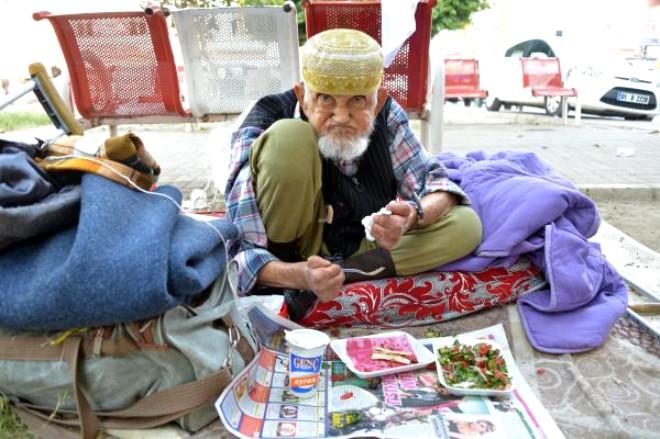 90 Yaşında Sokakta Kaldı