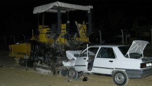 Otomobil, Asfaltlama Makinesine Ok Gibi Saplandı: 2 Ölü