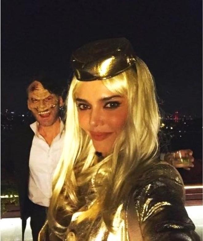 Hande Ataizi, Cadılar Bayramı partisine eşi Benjamin Harvey ile katıldı.