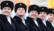 Binlerce Rus Asker Kızıl Meydan'da Yürüdü