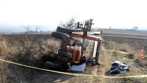 Devrilen Traktörün Yanında Ölü Bulundu