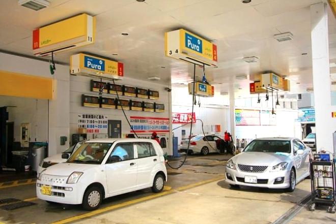 Japonya'da, benzin pompalara tavana asılı. Böylece, sürücülerin araçlarındaki benzin deposuna ulaşamama gibi bir sorunu olmuyor.