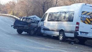Kamyonet Yolcu Minibüsüne Çarptı: 8 Yaralı
