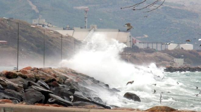 Bandırma'da Fırtına Hayatı Olumsuz Etkiliyor