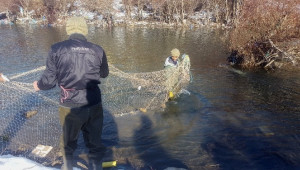Tulumla Buz Gibi Suya Girip, Balık Tutuyorlar