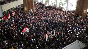 Kahraman Polisi Binlerce Kişi Böyle Uğurladı