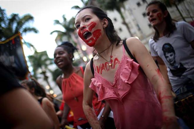 Brezilyalı Kadınlar, 12 Kişinin Öldürüldüğü Katliamı Protesto Etti