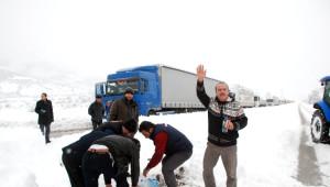 Tokat'ta Uluslararası Yol Kar Yağışı Nedeniyle Ulaşıma Kapandı