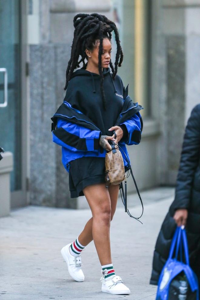 Rihanna 5 Bin Dolarlık Sokak Kıyafetiyle Turladı