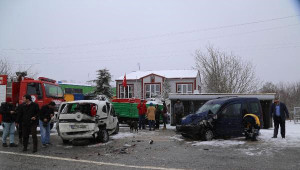 Kandıra'da Karlı Yolda Kayan İki Araç Çarpıştı: 7 Yaralı