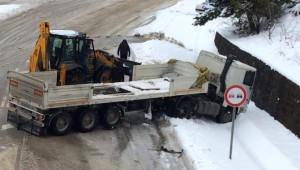 Yoğun Kar ve Buzlanma Tır'ı Yol Kapattırdı
