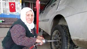 Kolu Kırılan 77 Yaşındaki Kadın Lastik Tamirciliğinden Vazgeçmedi