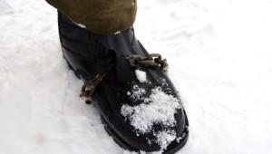 Buzda Kaymamak İçin Ayakkabısına Zincir Taktı