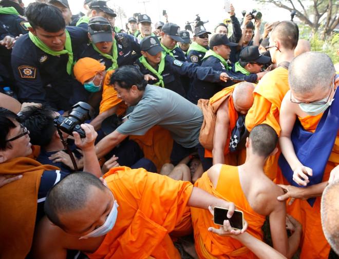 Taylandlı Rahipler Baş Rahiplerini Arayan Polisle Çatıştı