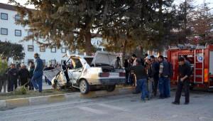 Ağaca Çarpan Otomobildeki 1 Kişi Öldü, 2 Kişi Yaralandı