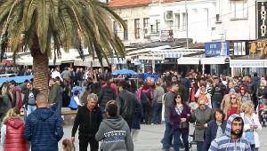 Foça'da Kış Ortasında Yaz Sezonunu Yaşadı