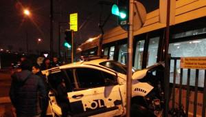 Zeytinburnu'nda Tramvay ile Polis Aracı Çarpıştı