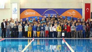 Bağcılar'da Başarılı Yüzücüler Altınla Ödüllendirildi