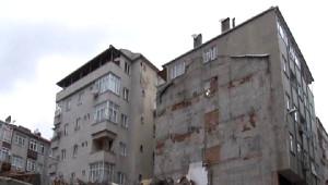 Zeytinburnu'nda, Yıkımı Yapılan Caminin Yanındaki Binada Çatlaklar Oluşurken Bazı Duvarları Yıkıldı