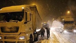 Bolu Dağı'nda Kar Kazalara Yol Açtı, Ulaşım Felç Oldu
