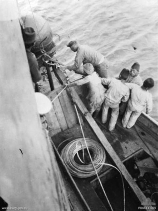 Türk donanması denizi mayınlarla döşerken görüntülenmiş