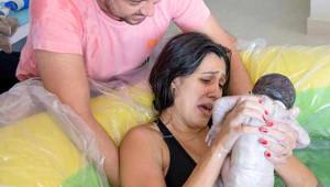 Suda Doğum Yaptı, Küçük Kızı da İzledi!