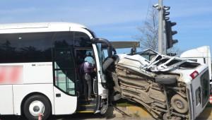 Yolcu Otobüsü ile Otomobil Çarpıştı: 1 Yaralı