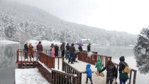 Gölcük'te Kar Yağışı Tatilcileri Büyüledi