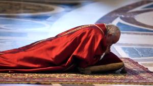 Papa, 'İsa'nın Tutkusu' Ayininde Haçın Önünde Yatarak İbadet Etti