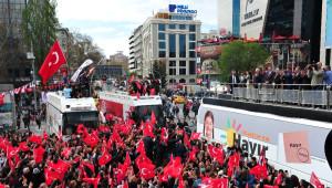 Kılıçdaroğlu, Kızılay'da 'Evet' ve 'Hayır'cıları Selamladı