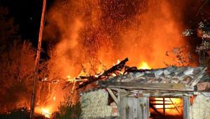 Akaryakıt İstasyonu Yanında Çıkan Yangın Korkuttu