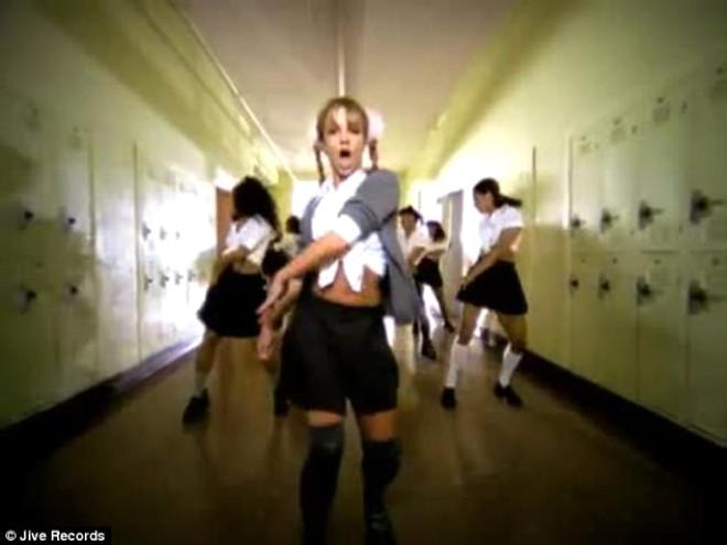 Ateşli Modelin Lise Üniformalı Dansı Nefes Kesti!