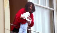 Michael Jackson'ın 15 Yıl Önce Balkondan Sarkıttığı Bebeği Büyüdü