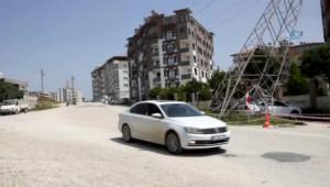 Hatay'da Facia Ucuz Atlatıldı... Elektrik Direği Bir Vatandaşın Balkonunun Üzerine Yan Yattı