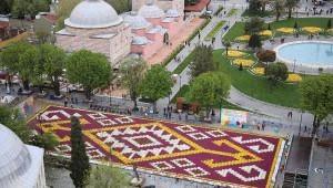 Sultahmet Meydanı'na 1453 Metrekarelik Lale Halı