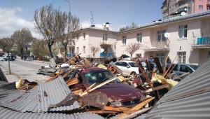 Sivas'ta Şiddetli Fırtına 100'den Fazla Binanın Çatısını Uçurdu, 46 Araca Zarar Verdi
