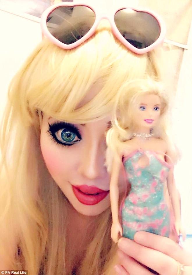 Hayranı Olduğu Barbie Bebeğe Benzemek İçin Binlerce Dolar Harcadı!